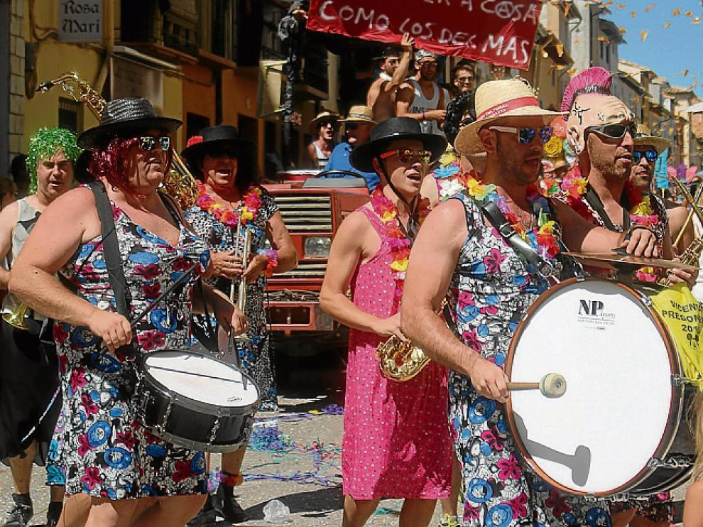 La charanga presidió el desfile de carrozas.