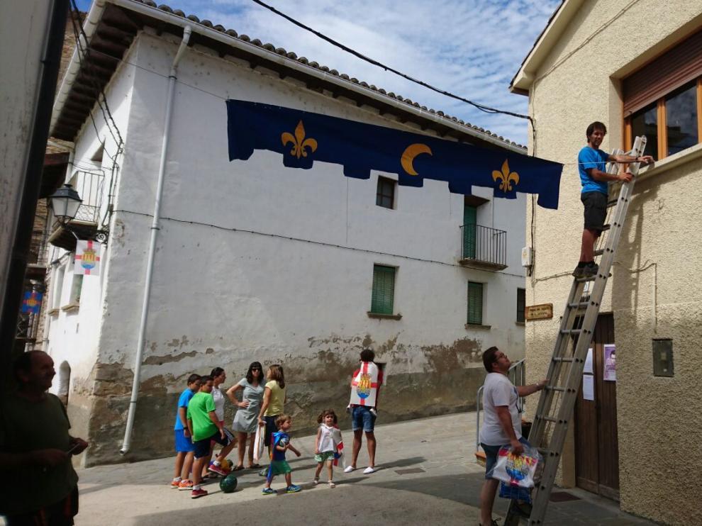 Varios jóvenes colaboraron ayer en los preparativos del milenario con la decoración del pueblo.