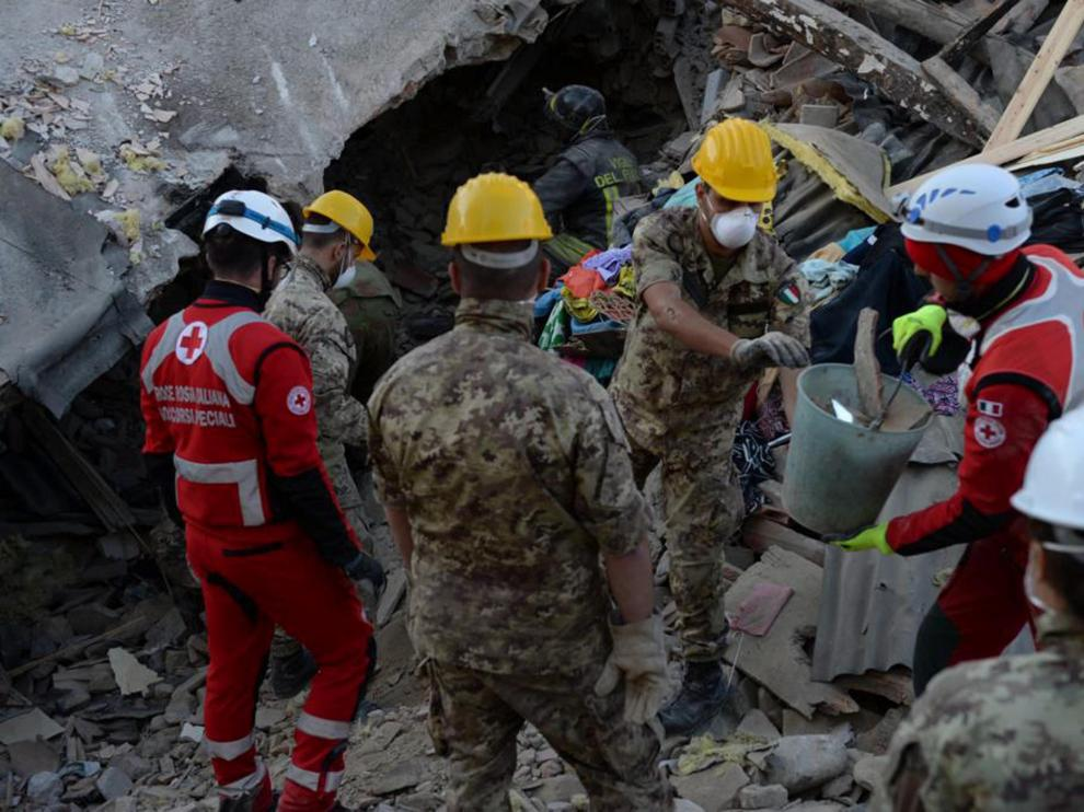 Los bomberos trabajan horas para encontrar a posibles supervivientes
