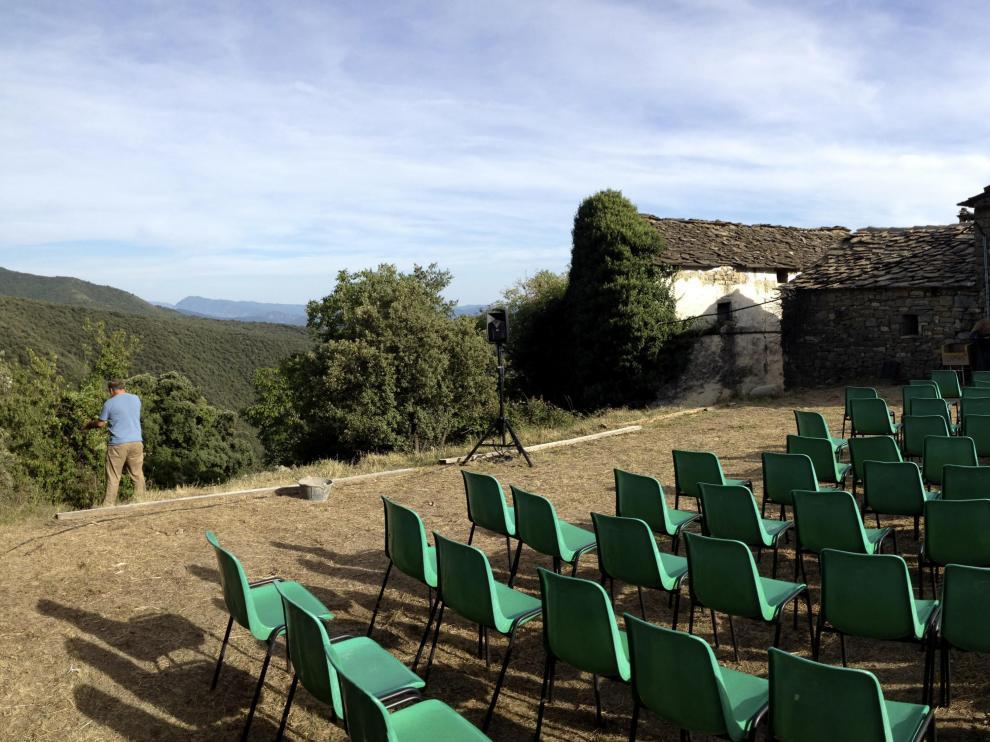 La pequeña aldea de Ascaso, un núcleo ubicado en el Pirineo de Huesca con tan sólo siete habitantes empadronados y seis casas que todavía carecen de suministro eléctrico, inaugura hoy la quinta edición de la que llaman con orgullo sus promotores la Muestr