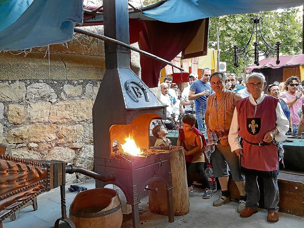 El mercado artesano, que este año ha estado integrado por un centenar de puestos, es uno de los espacios más atractivos para los vecinos y visitantes de Rubielos.