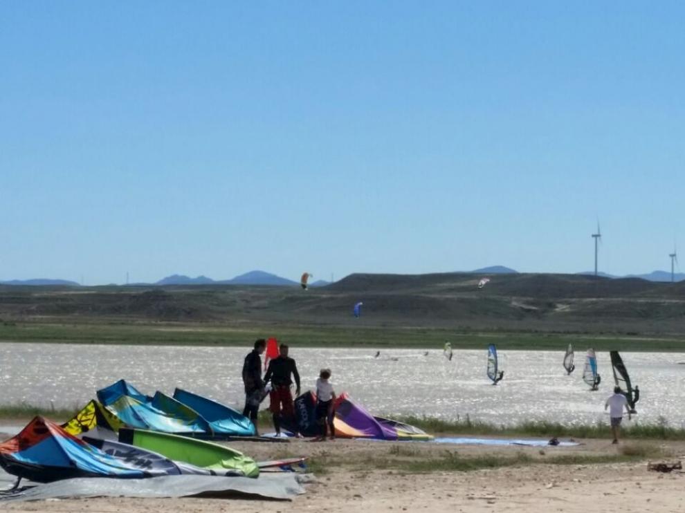 El bajo nivel de La Loteta no impide que los aficionados sigan practicando windsurf y kitesurf.