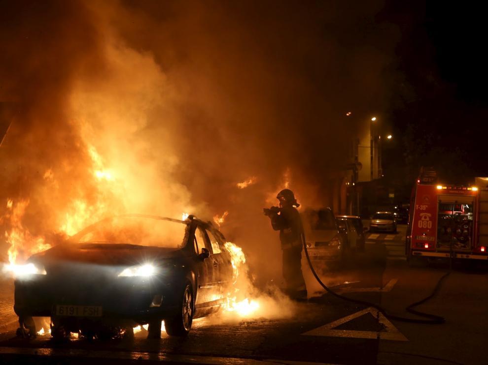 Contenedores incendiados en Torrero.