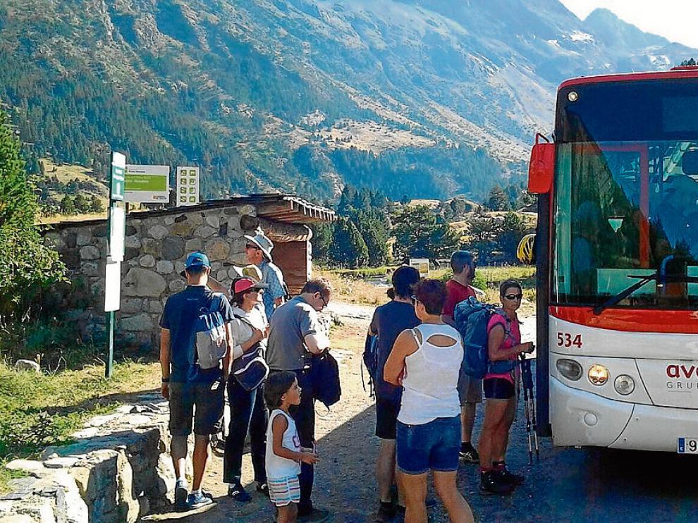 Foto archivo del autobús que traslada a los turistas a La Besurta desde el parquin del Hospital de Benasque.