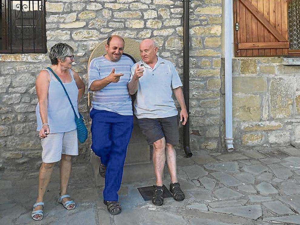 El alcalde, en el centro, con Cheles y Javier, dos vecinos que residen gran parte del año en el pueblo. J. A. P.