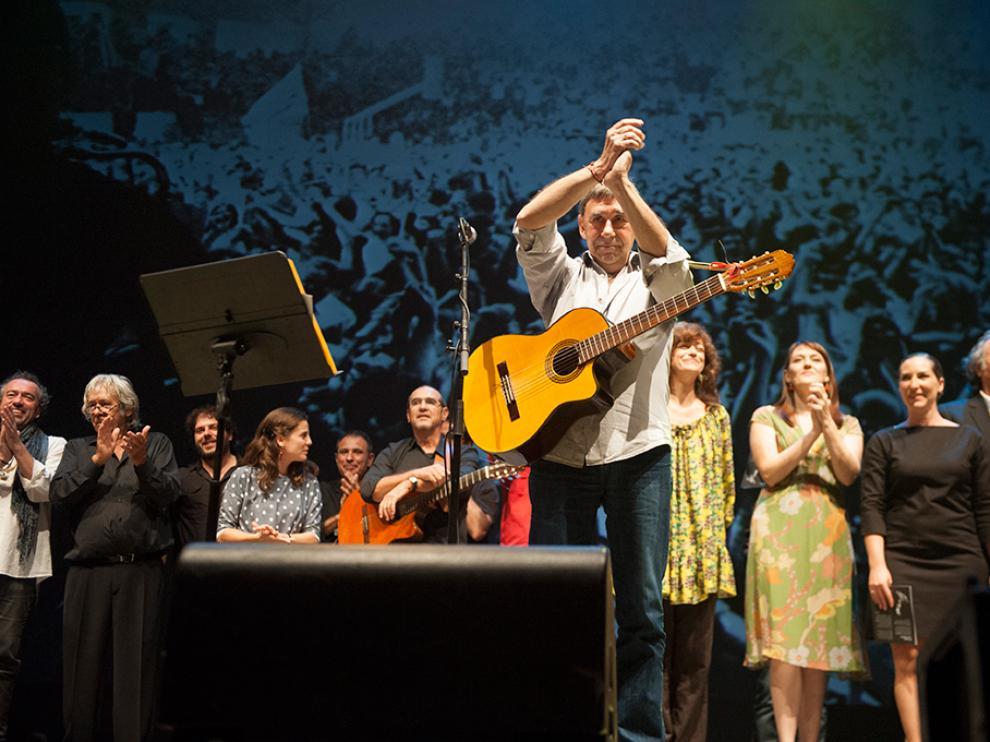 Joaquín Carbonell, durante un concierto