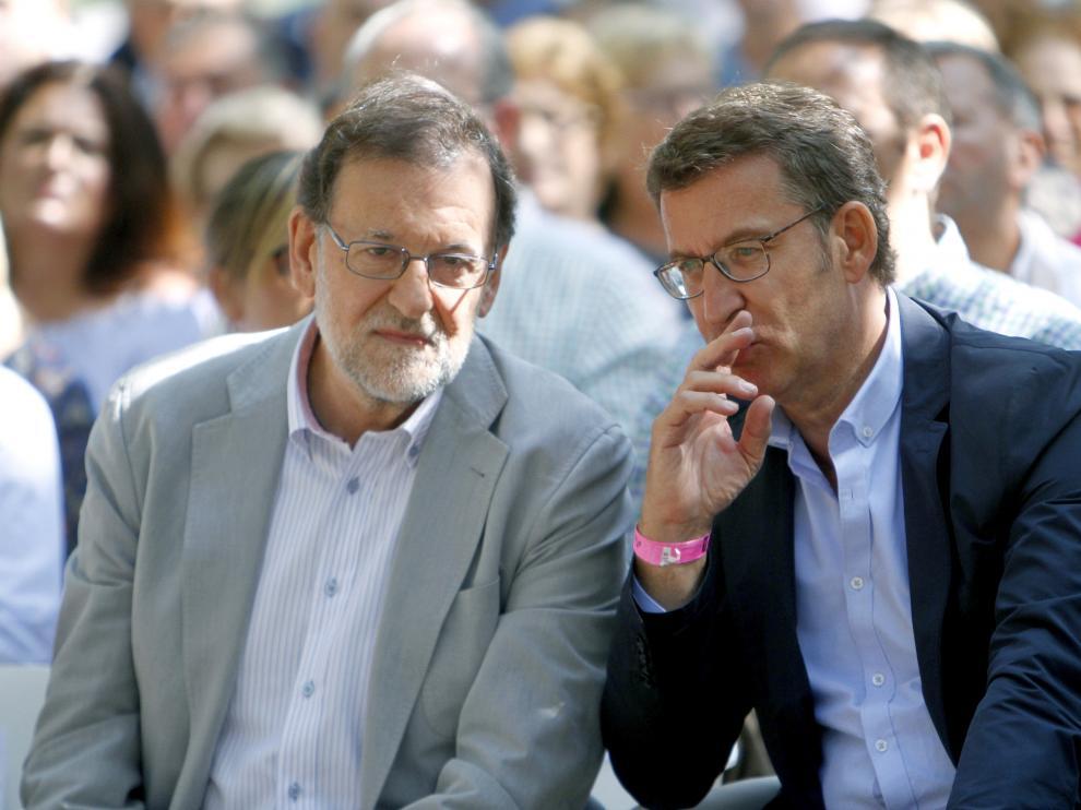 El presidente del PP y del gobierno en funciones, Mariano Rajoy, junto a Alberto Núñez Feijoo en Cotobade (Pontevedra).