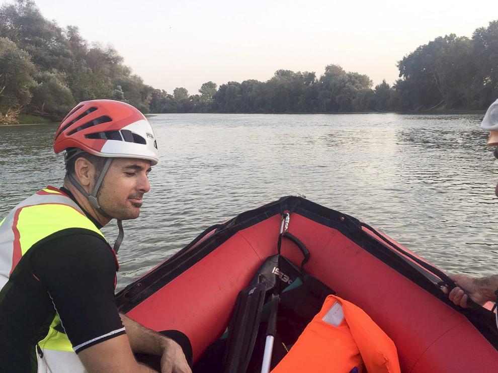 Los bomberos de la DPZ buscan a los piragüistas en el Ebro