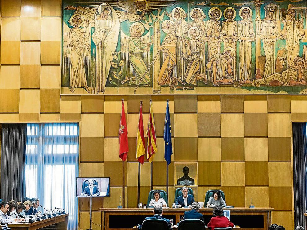 El alcade Santisteve preside un pleno, con los concejales de los grupos en las bancadas.