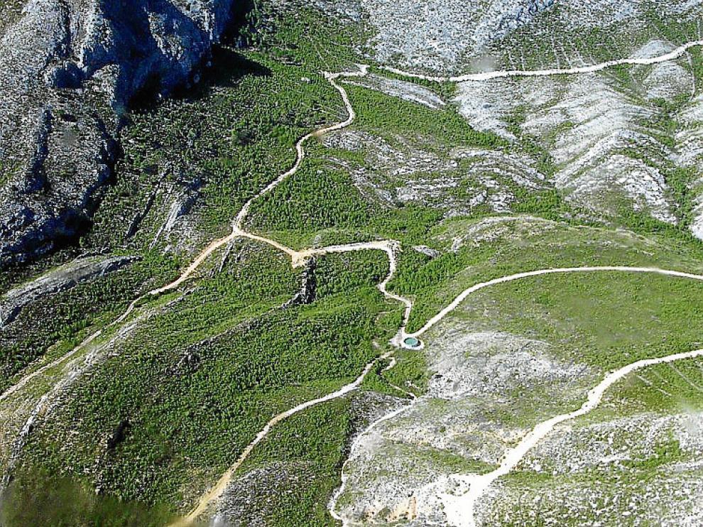 Manchas de pinar joven y zonas peladas en Castellote en foto aérea.