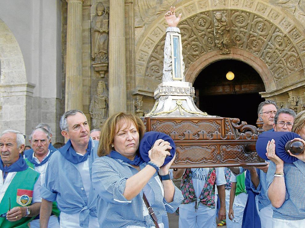 Los peñistas se fueron turnando para portar a hombros la reliquia desde la catedral.