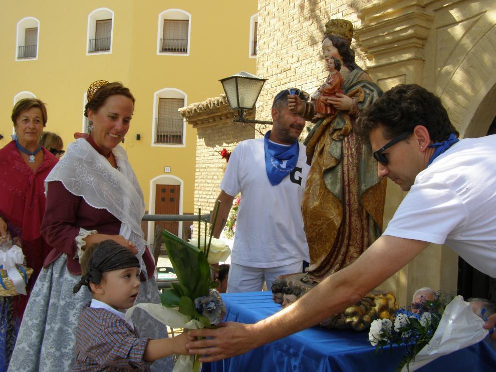 Niños y mayores han participado en la ofrenda de Tarazona