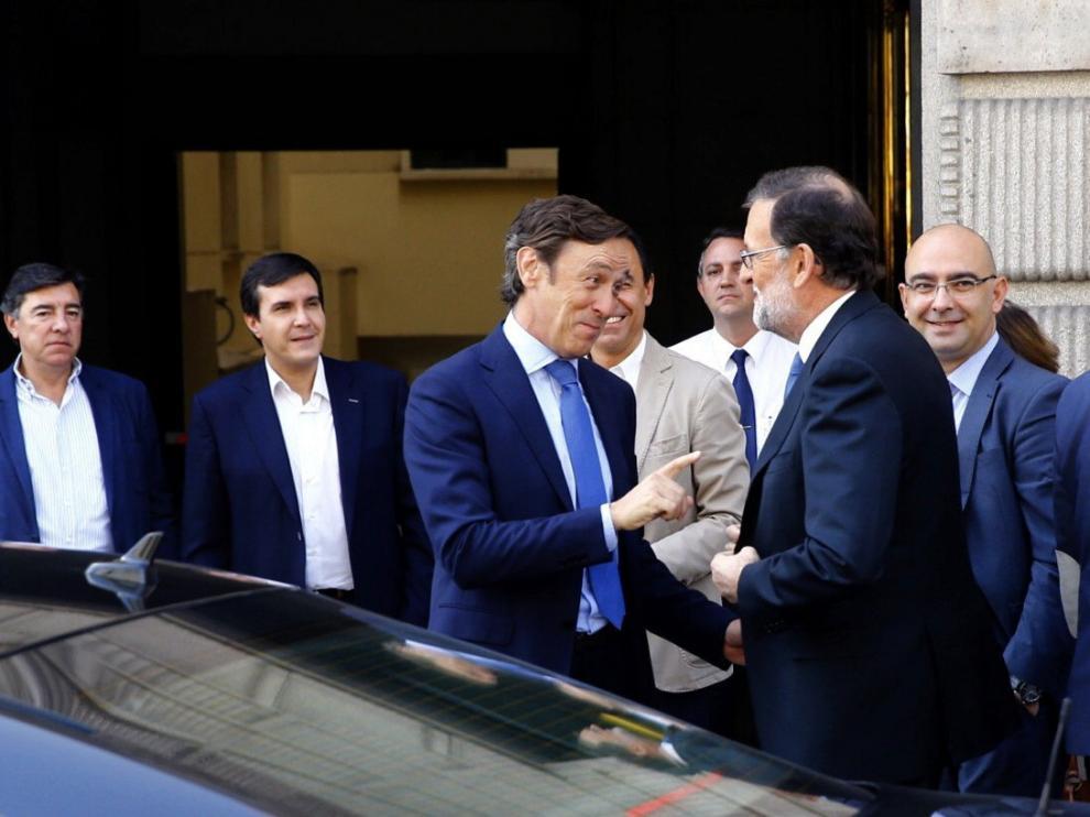El presidente del PP y del Gobierno en funciones, Mariano Rajoy (2-d), conversa con el portavoz del partido, Rafael Hernando,