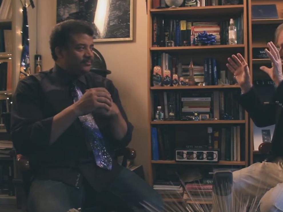 El astrónomo Neil deGrasse Tyson y el etólogo Richard Dawkins conversan en el planetario Hayden de Nueva York.