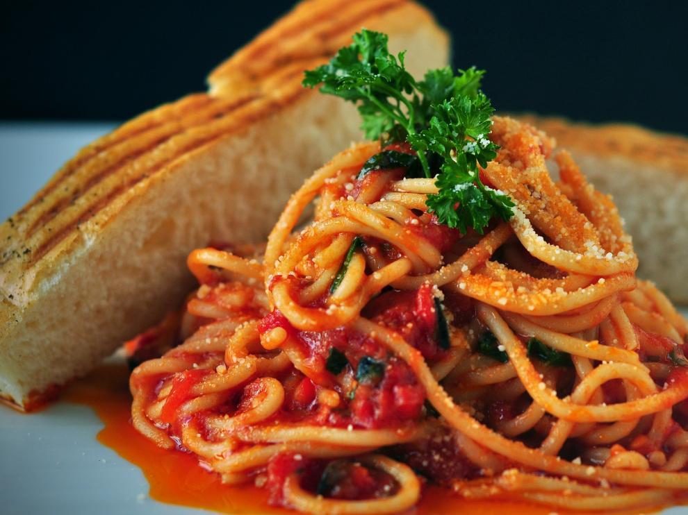 Aunque depende de quien la prepare, los ingredientes más frecuentes son el tomate y el bacon.