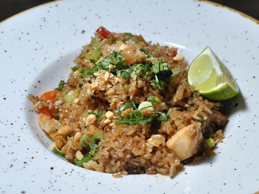 Arroz salteado al wok con pollo y verduras, en el restaurante Windsor de Zaragoza.