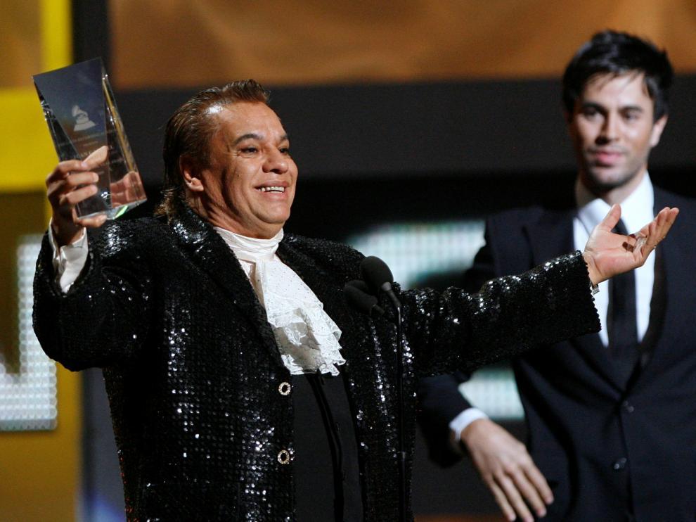 Juan Gabriel sonríe al recibir un premio por su trayectoria
