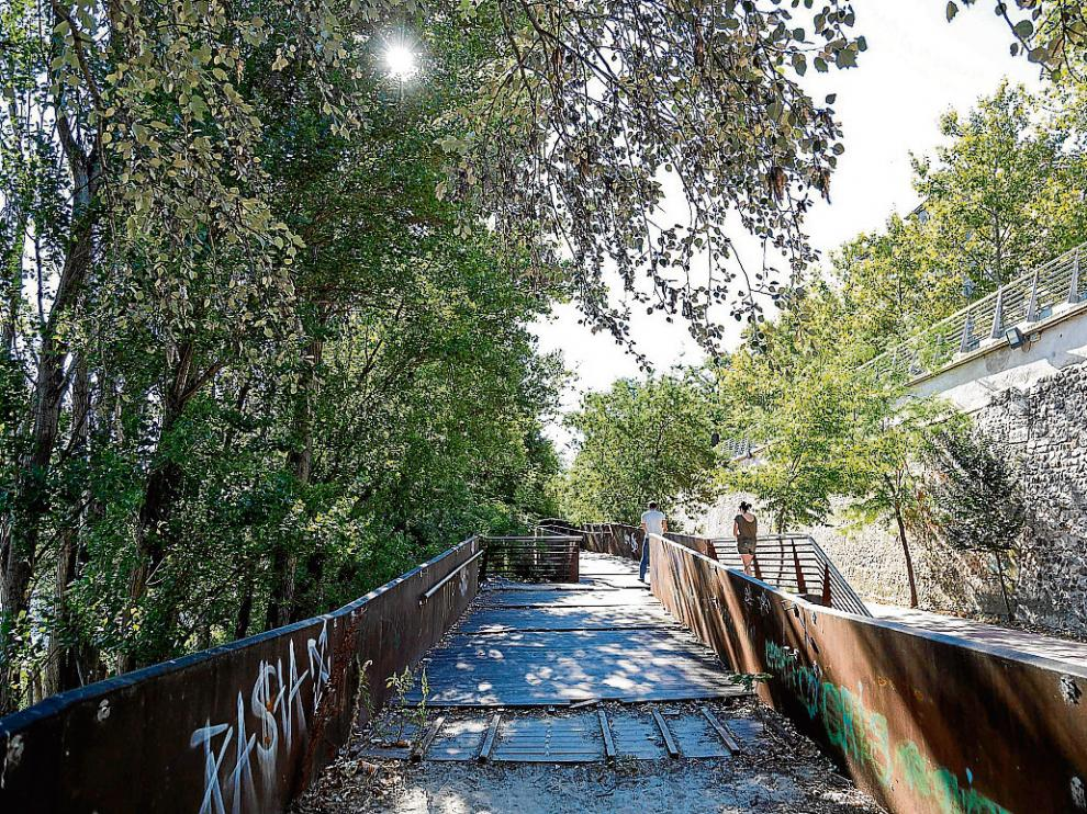 La pasarela que da a la margen izquierda del Ebro resultó dañada por las riadas del año pasado.