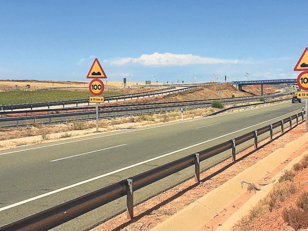 La señalización de advertencia por baches y velocidad máxima de 100