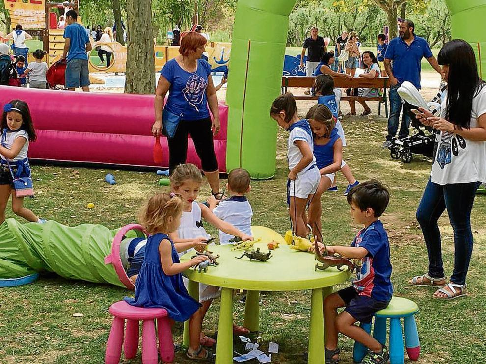 Varios niños juegan bajo la atenta mirada de sus padres en el 'parque de la Alegría', ayer, en Ejea de los Caballeros.