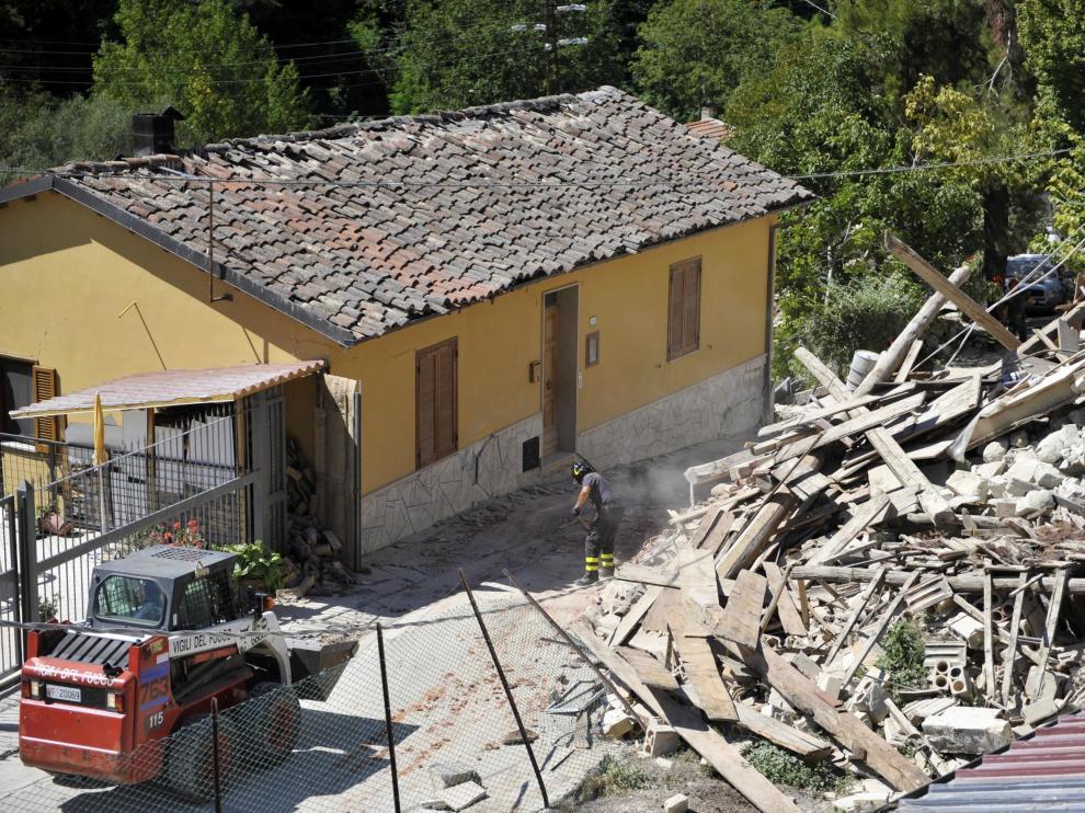 Equipos de rescate siguen encontrando cadáveres seis días después del seísmo