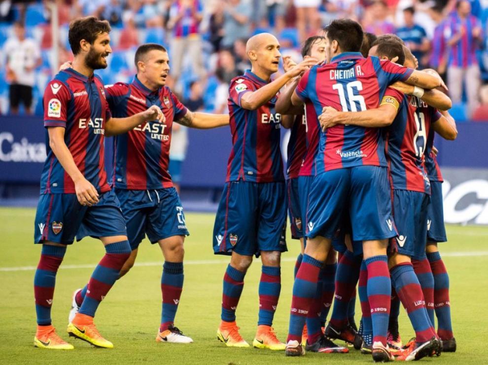 Los jugadores del Levante celebran uno de los goles de Roger