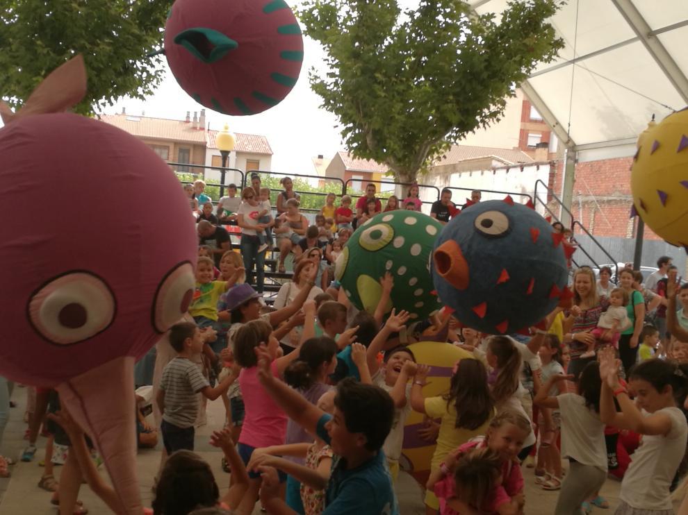 Los niños zufarienses juegan con balones hinchables.
