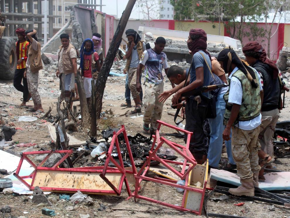 Yemeníes inspeccionan el lugar del atentado