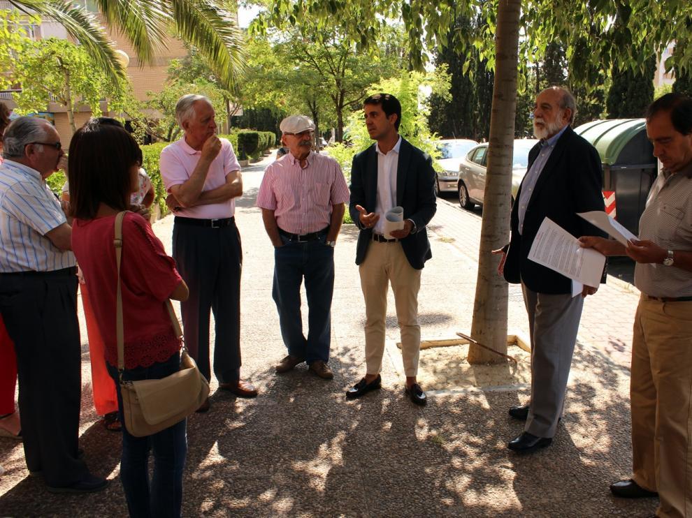 El concejal del PP Pedro Navarro se ha reunido este martes con los vecinos de la zona.