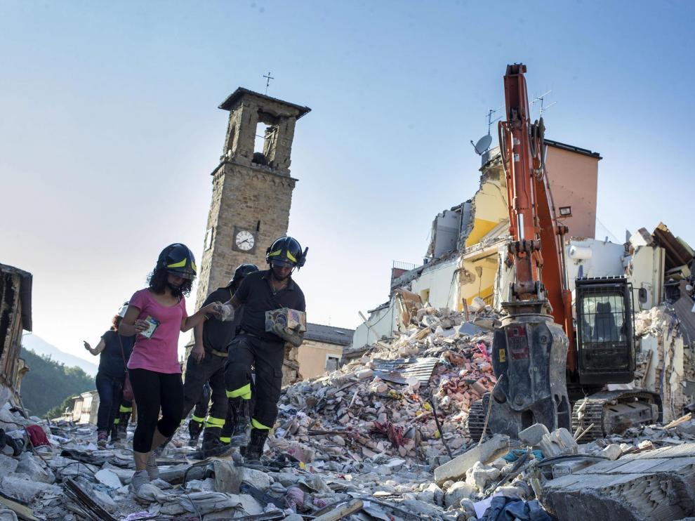 Los equipos de rescate siguen encontrando cadáveres seis días después del seísmo