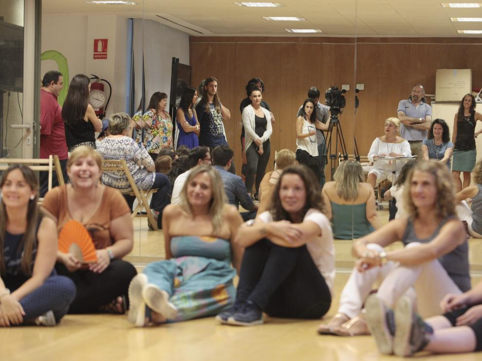 Un grupo de candidatas, tras los espejos de la sala multiusos donde empezó el castin.