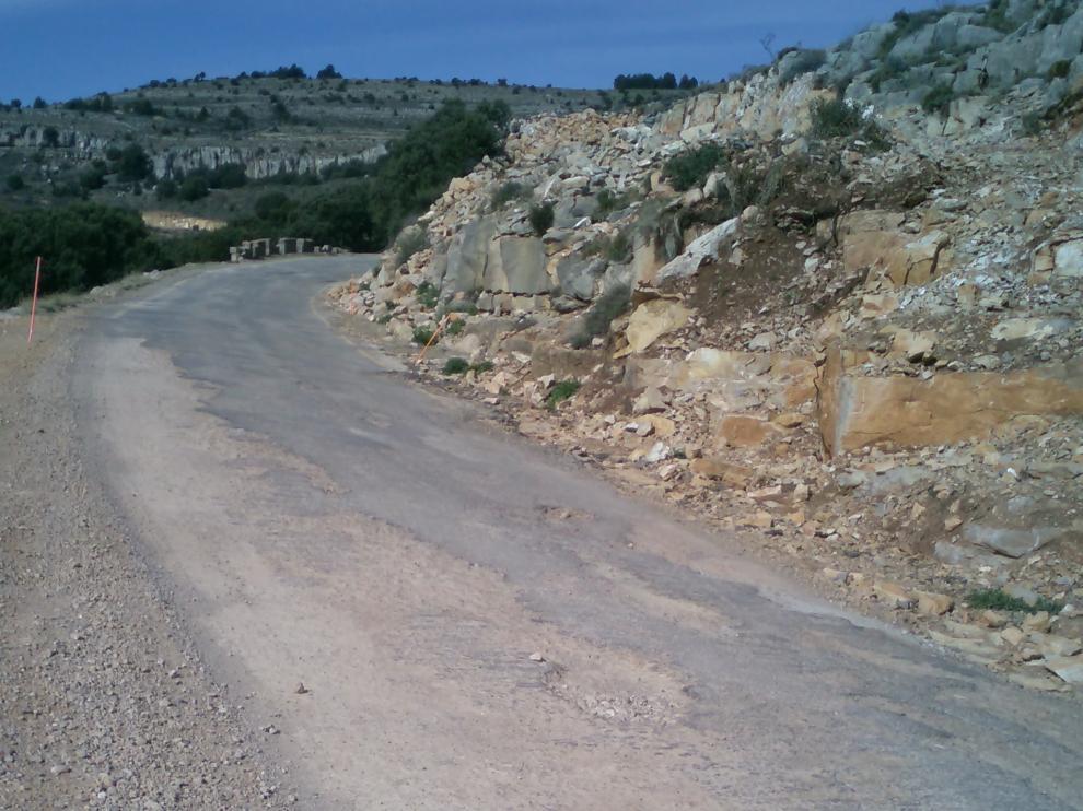 Las obras, con múltiples parones, han agravado el estado de la carretera A-1701 que comunica Mosqueruela con Castellón . El firme está destrozado y no existen arcenes. A lo largo de tres años, no se ha logrado terminar siquiera el movimiento de tierras.