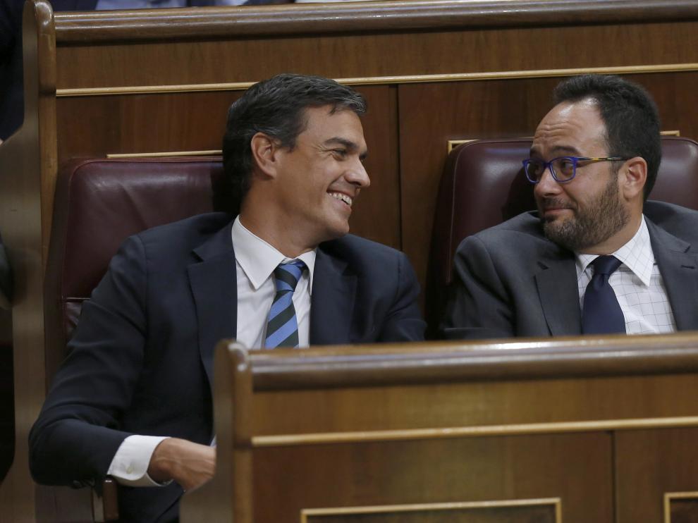 Sánchez y Hernando durante la comparecencia de Rajoy en el debate de investidura.