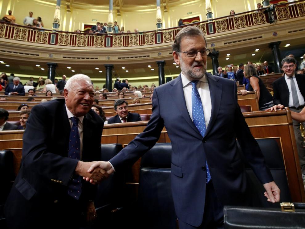 Margallo le da la mano a Rajoy durante la sesión de investidura
