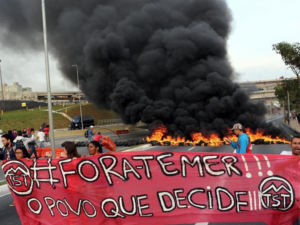"""Manifestantes a favor de Rousseff sostienen una pancarta con el mensaje """"Fuera Temer"""" en Sao Paulo."""