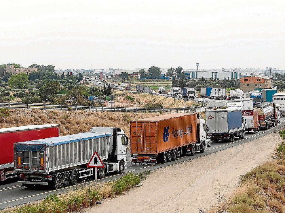 Vista de las retenciones que se produjeron ayer en la N-232, a la altura de Pedrola, con una circulación incesante de camiones.