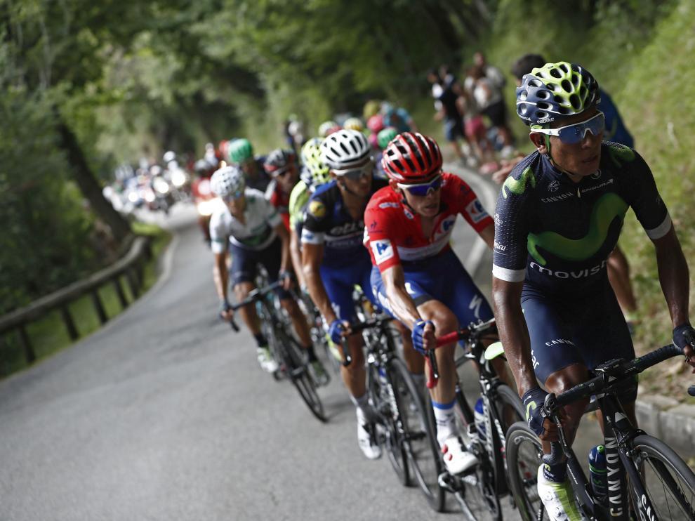 El ciclista colombiano, Nairo Quintana, en cabeza al comienzo de la subida de los Lagos de Covadonga.
