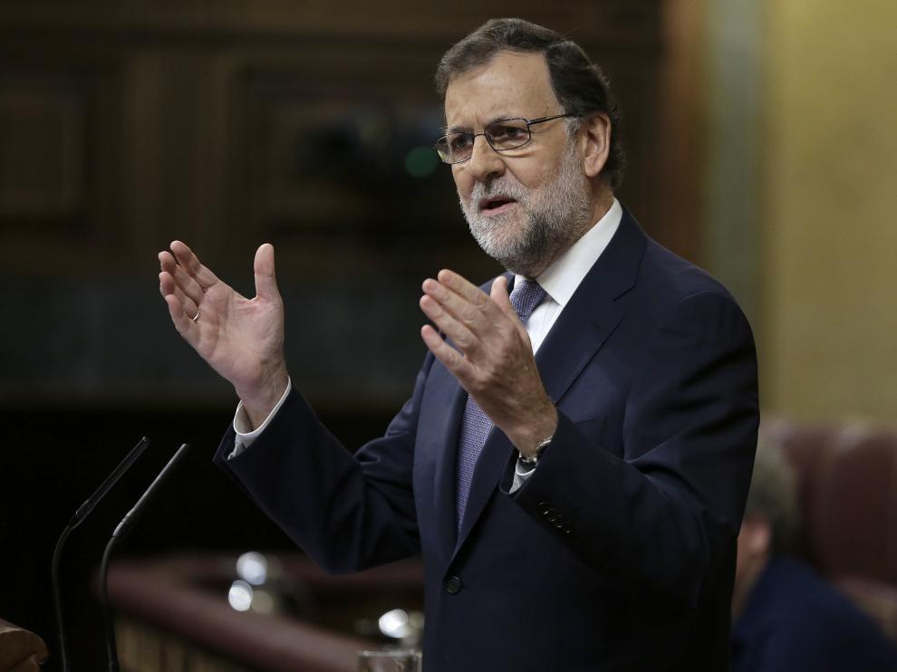 El presidente del Gobierno en funciones, Mariano Rajoy,contesta al secretario general del PSOE, Pedro Sánchez ,en la segunda sesión del debate de su investidura esta mañana en el Congreso de los Diputados.