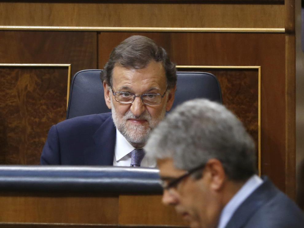 Rajoy escucha la comparecencia de Homs.