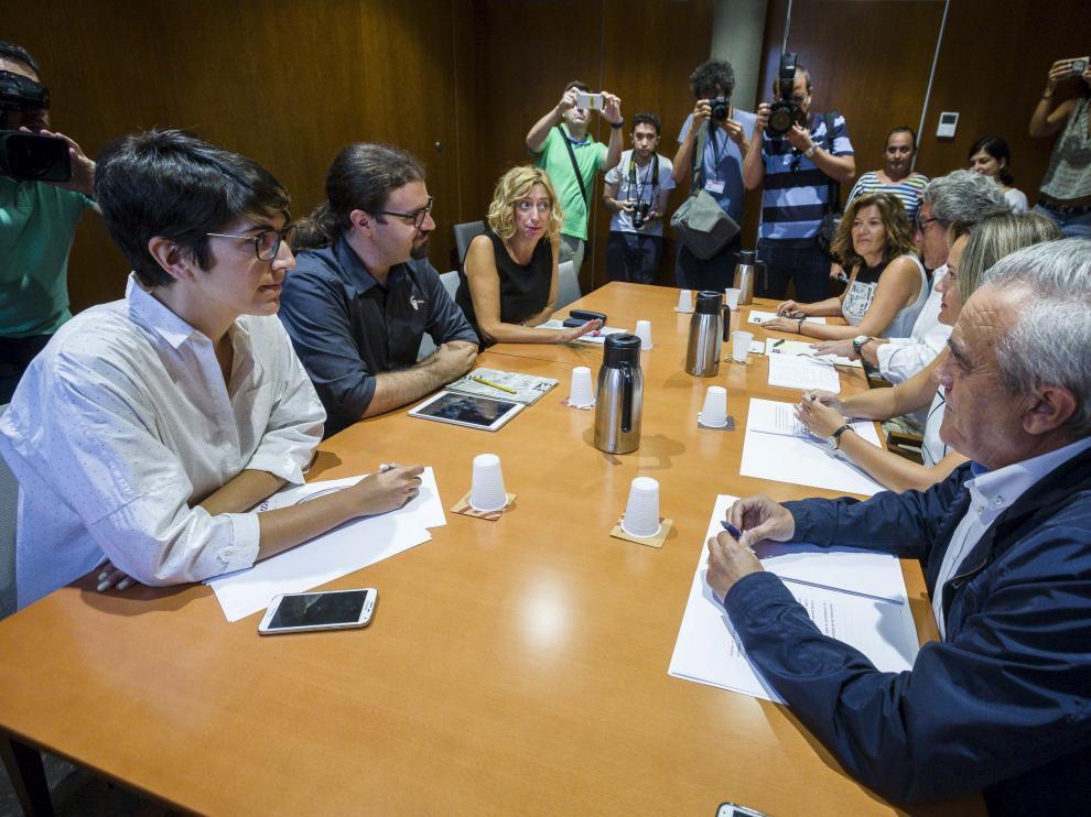 Participantes en la reunión mantenida entre representantes de IU, Podemos y CHA en las Cortes de Aragón.