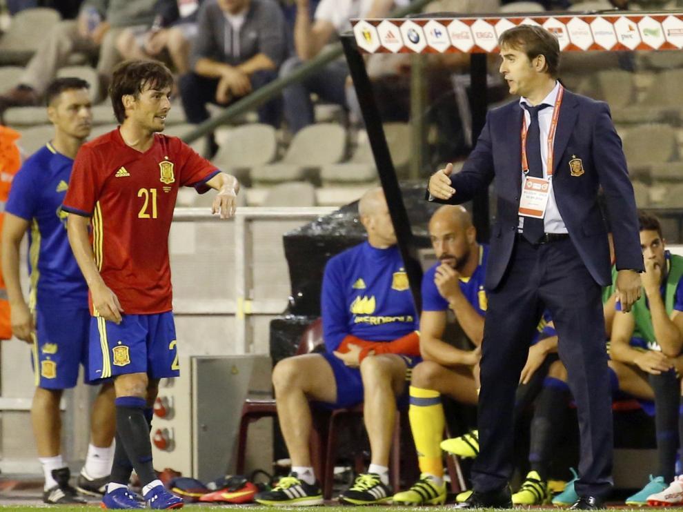 El seleccionador español, Julen Lopetegui, da instrucciones a David Silva