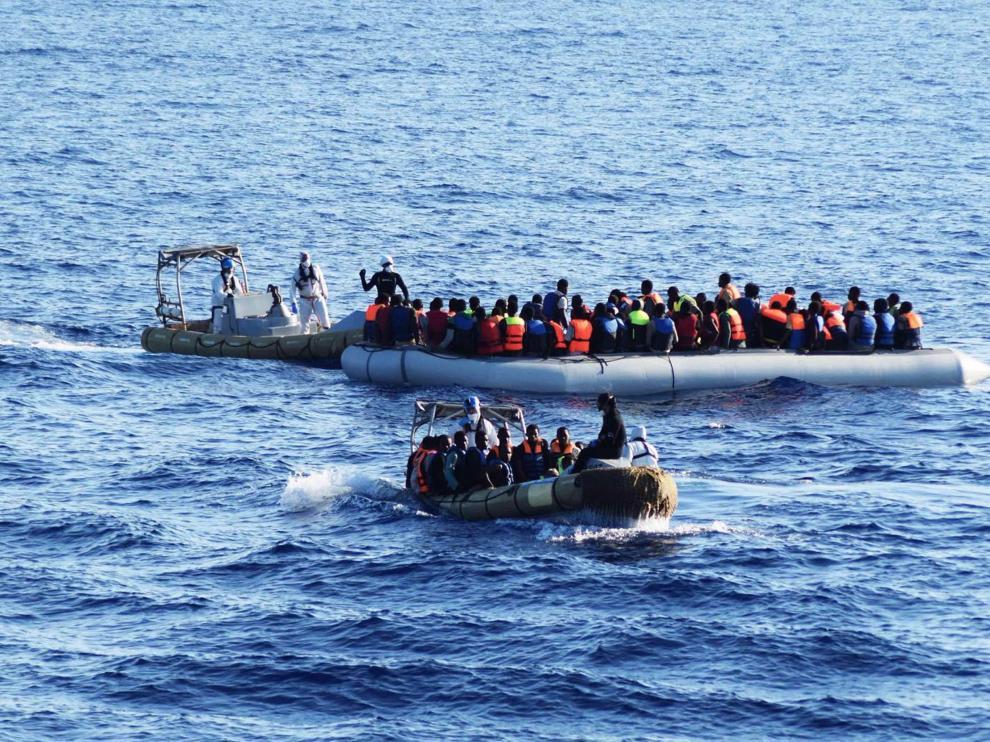 Miembros del ejército italiano durante una operación de rescate a inmigrantes en el mar Mediterráneo.