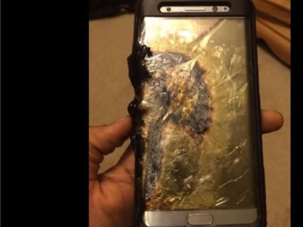 Un Samsung Galaxy Note 7 quemado durante su carga.