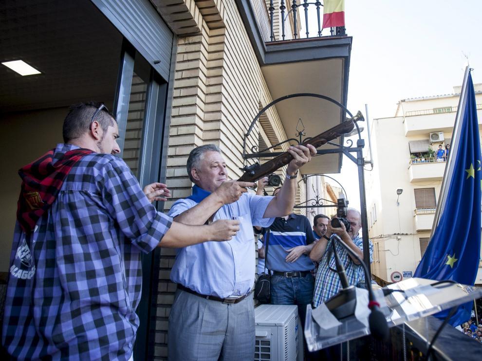 El presidente de Atades, Jesús Soto, sujeta el trabuco con el que inauguró las fiestas ayer en Alagón.