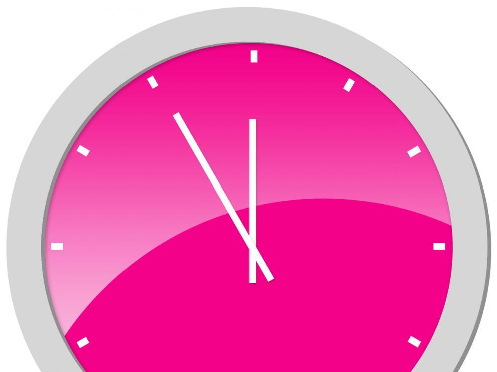 Reloj marcando casi las 12.00.