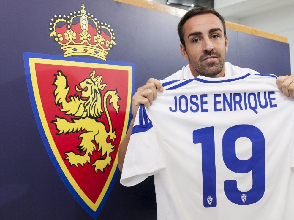 José Enrique, con su nueva camiseta con el dorsal '19', posa tras su presentación junto al escudo del Real Zaragoza.