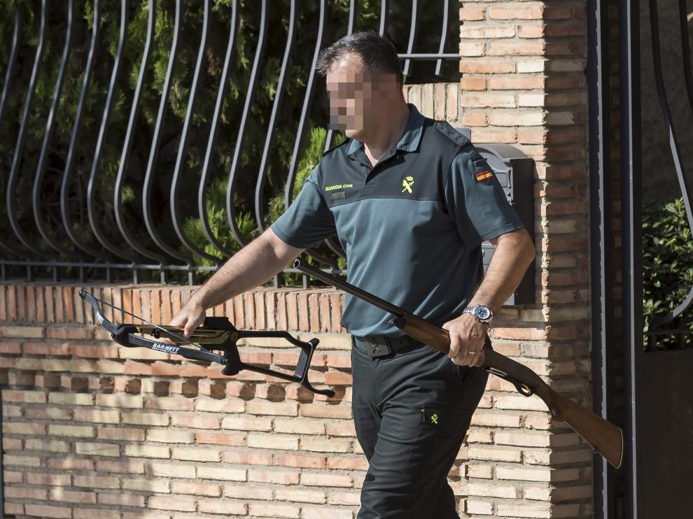 Un agente de la Guardia Civil, con armas encontradas en la casa del agresor