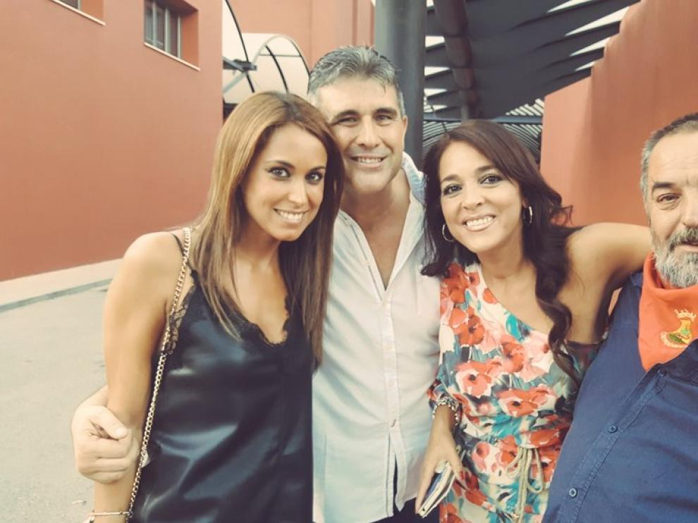 'Nuestros' Pedro e Inma, que se conocieron en la cuarta edición del programa, con otros exconcursantes.
