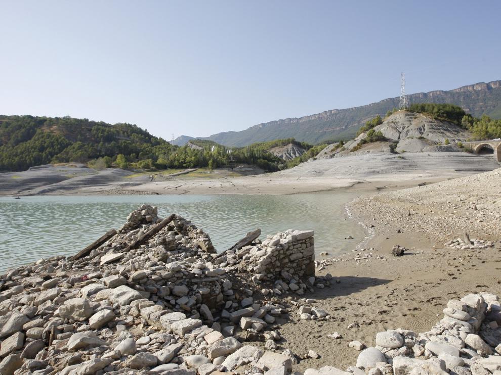 El volumen de agua embalsada en Yesa alcanza un tercio de la capacidad de esta infraestructura.