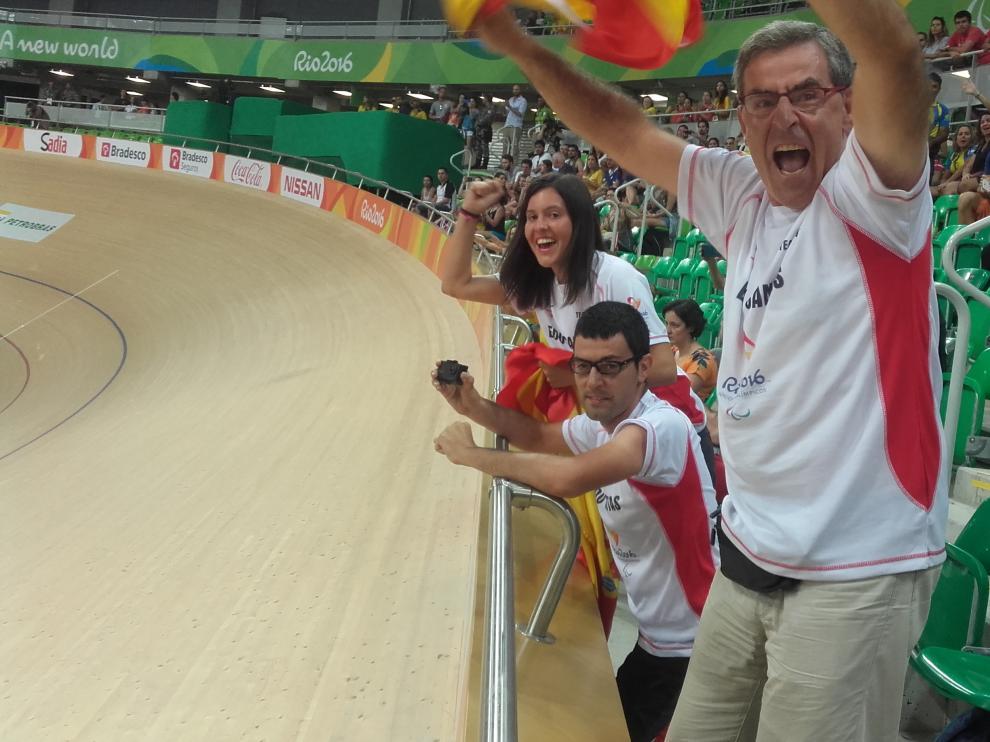 Fernando Santas, su hijo Fernando y su mujer, María Royo, celebran el bronce en el Velódromo.
